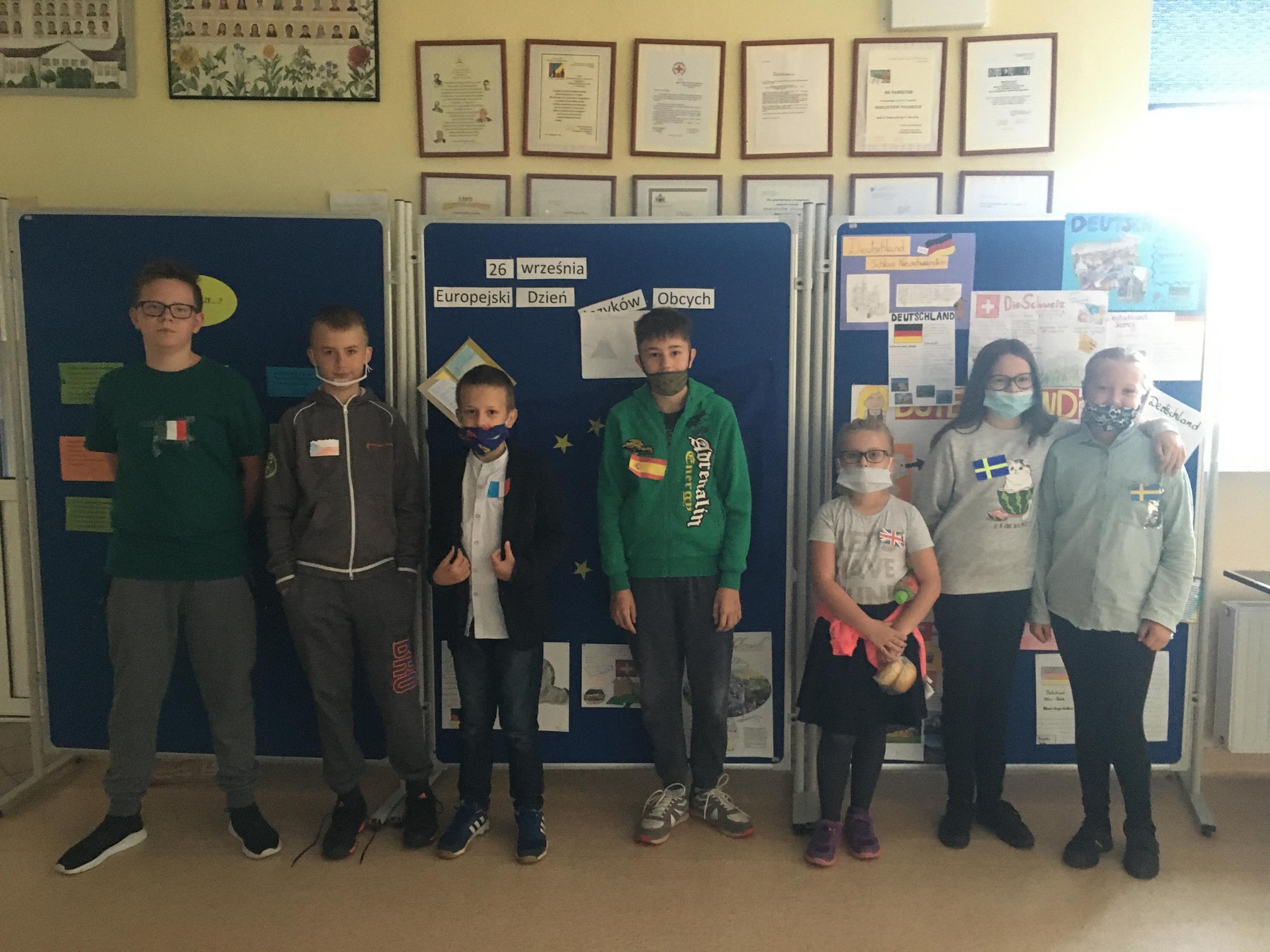 Uczniowie Szkoły Podstawowej im. Noblistów Poslkich w Niemicy promują Dzień Języków Obcych