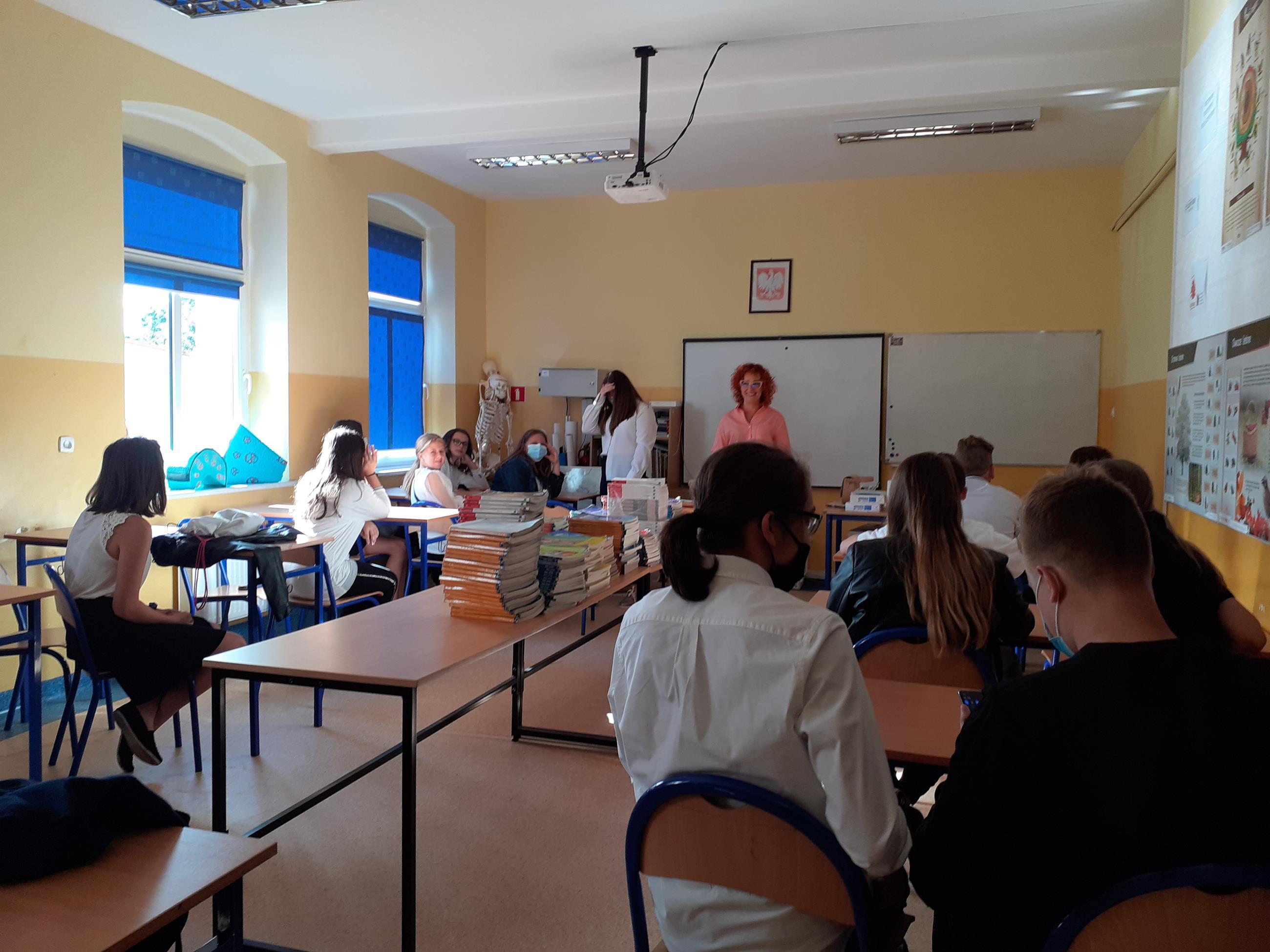 Zdjęcie przedstawia uczniów klasy VII wraz zwychowawcą