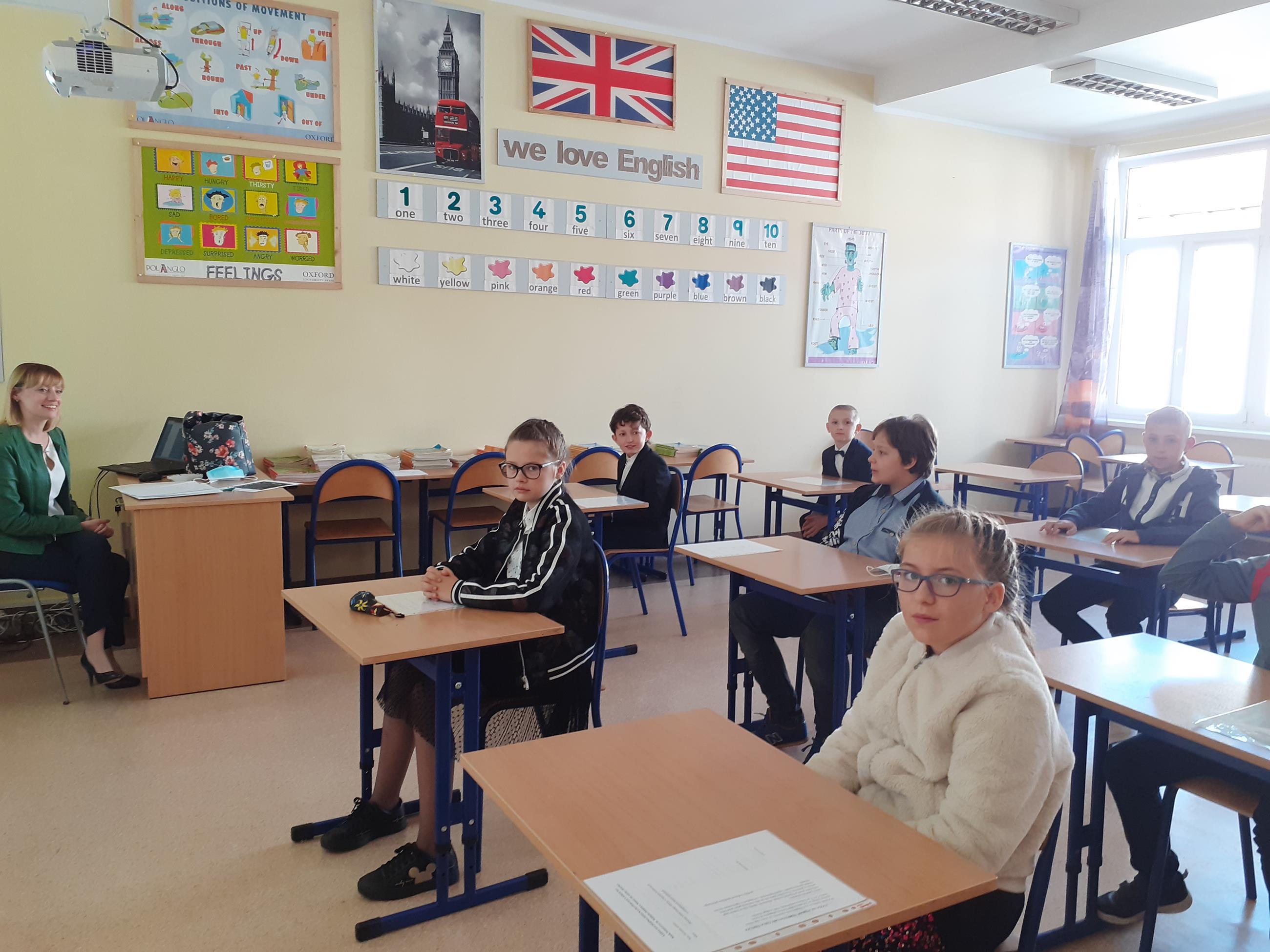 Zdjęcie przedstawia spotkanie uczniów klasy 5 z wychowawcą