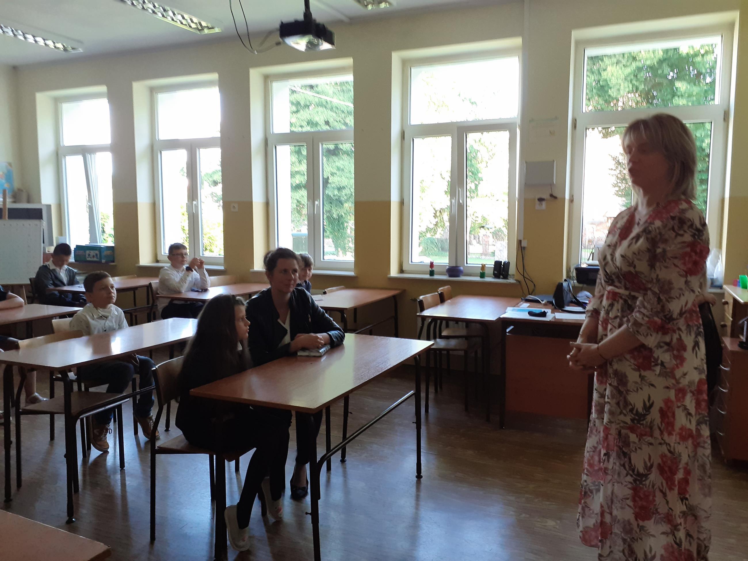 Zdjęcie przedstawia spotkanie uczniów klasy 4 z wychowawcą