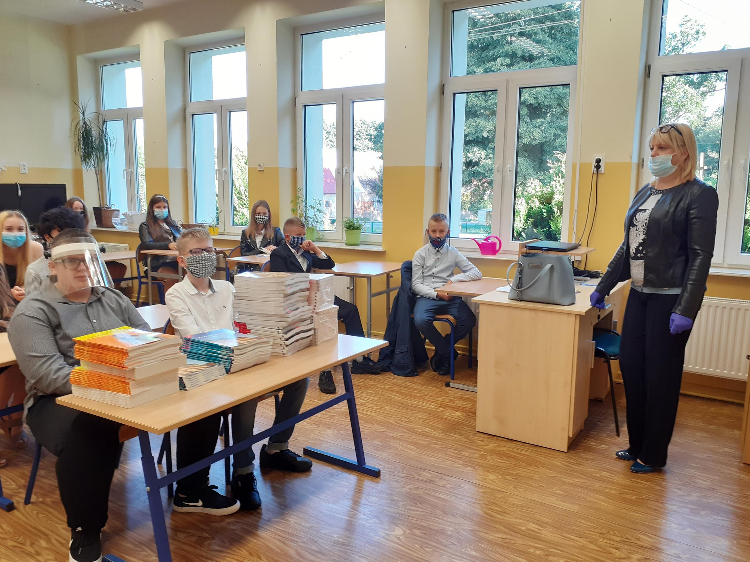 Zdjęcie przedstawia spotkanie uczniów klasy 7 z wychowawcą