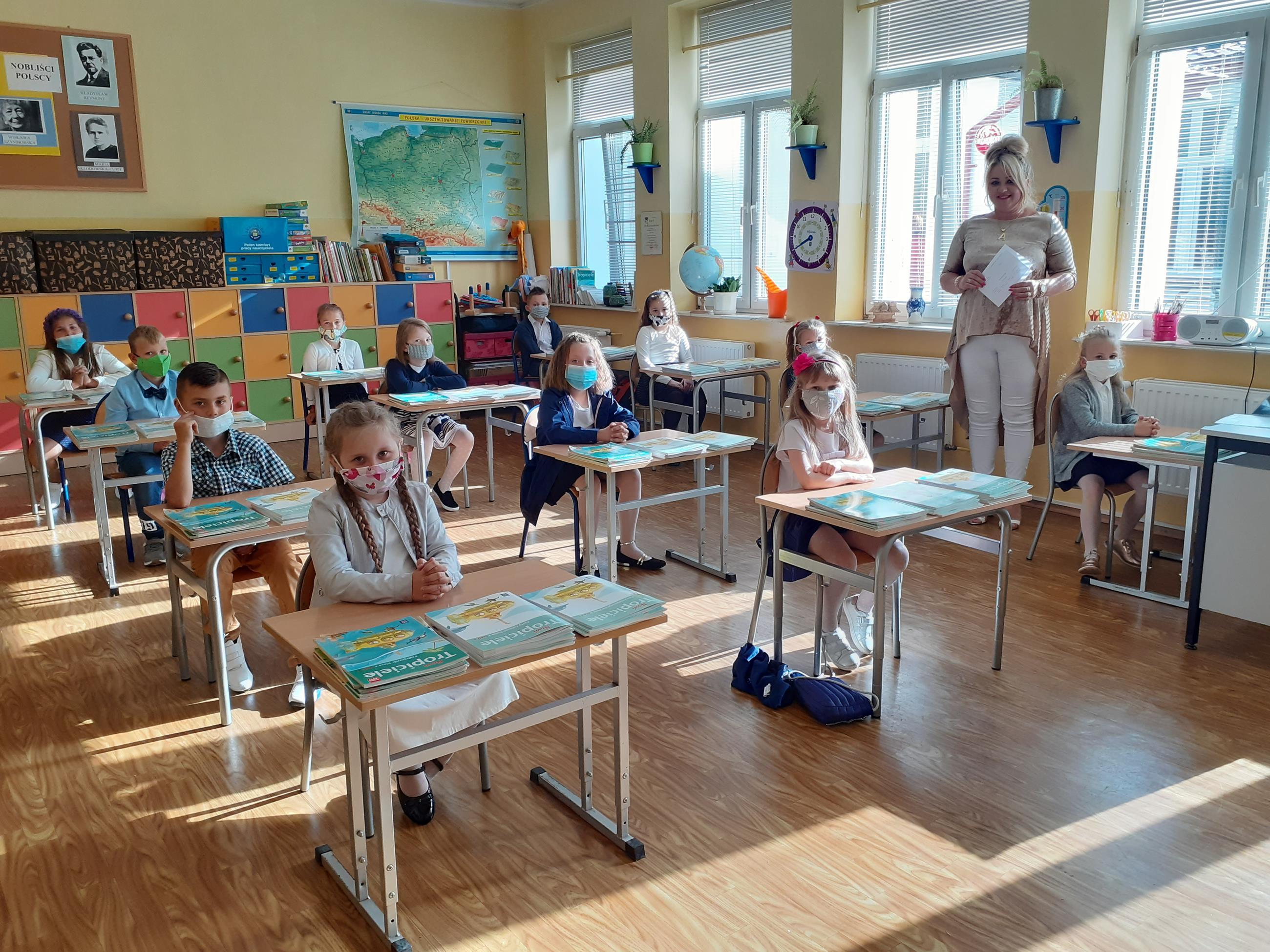 Zdjęcie przedstawia spotkanie uczniów klasy 2 z wychowawcą