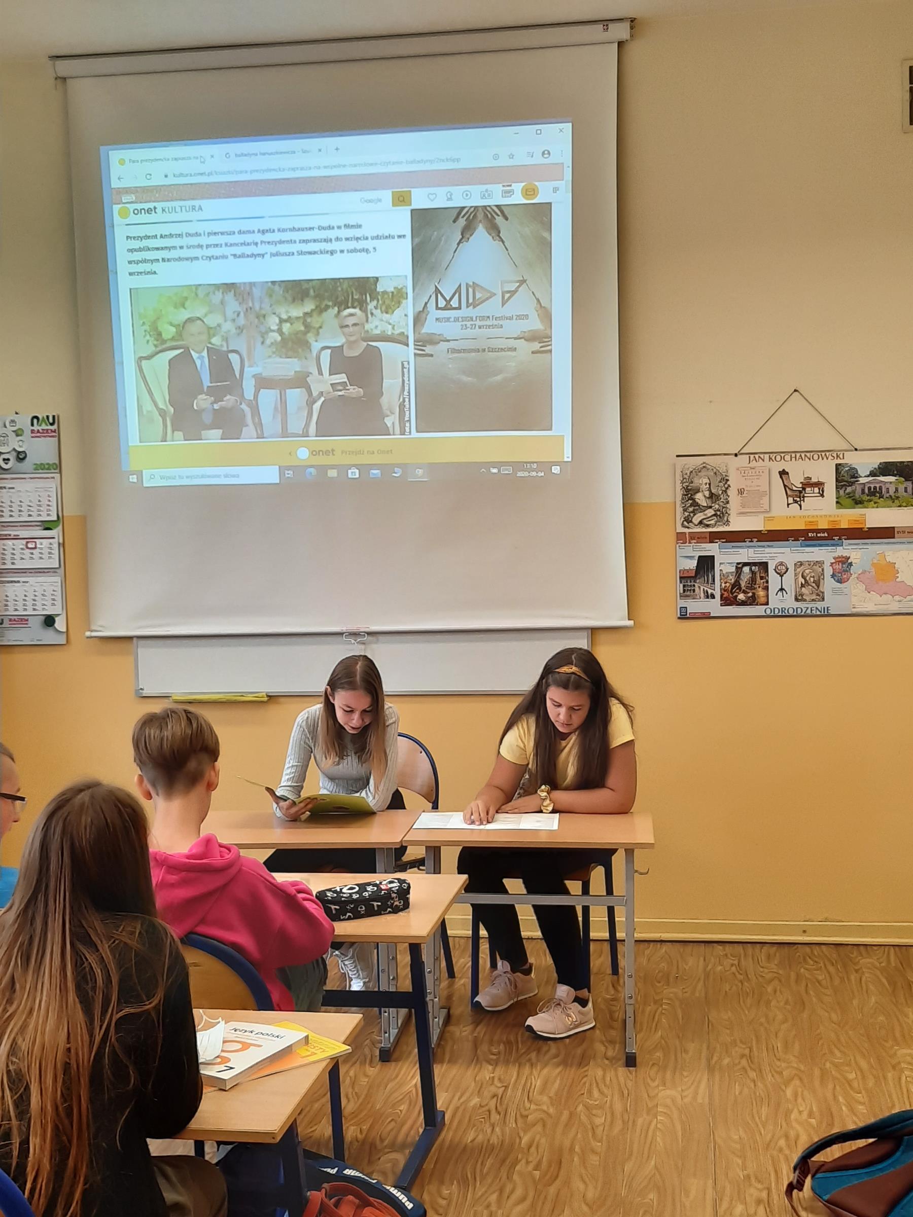 zdjęcie przedstawia uczniów klasy siódmej czytających Balladynę