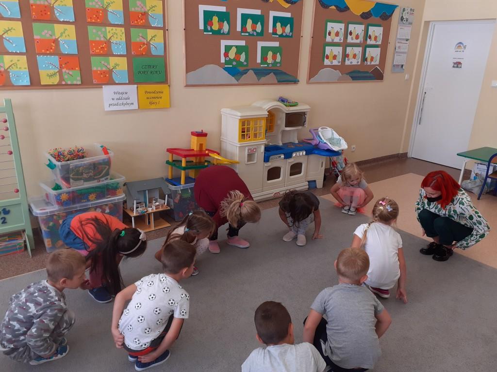 Wychowankowie oddziału przedszkolnego wraz z wychowawcą uczestniczą w zabawach teatralnego kręgu