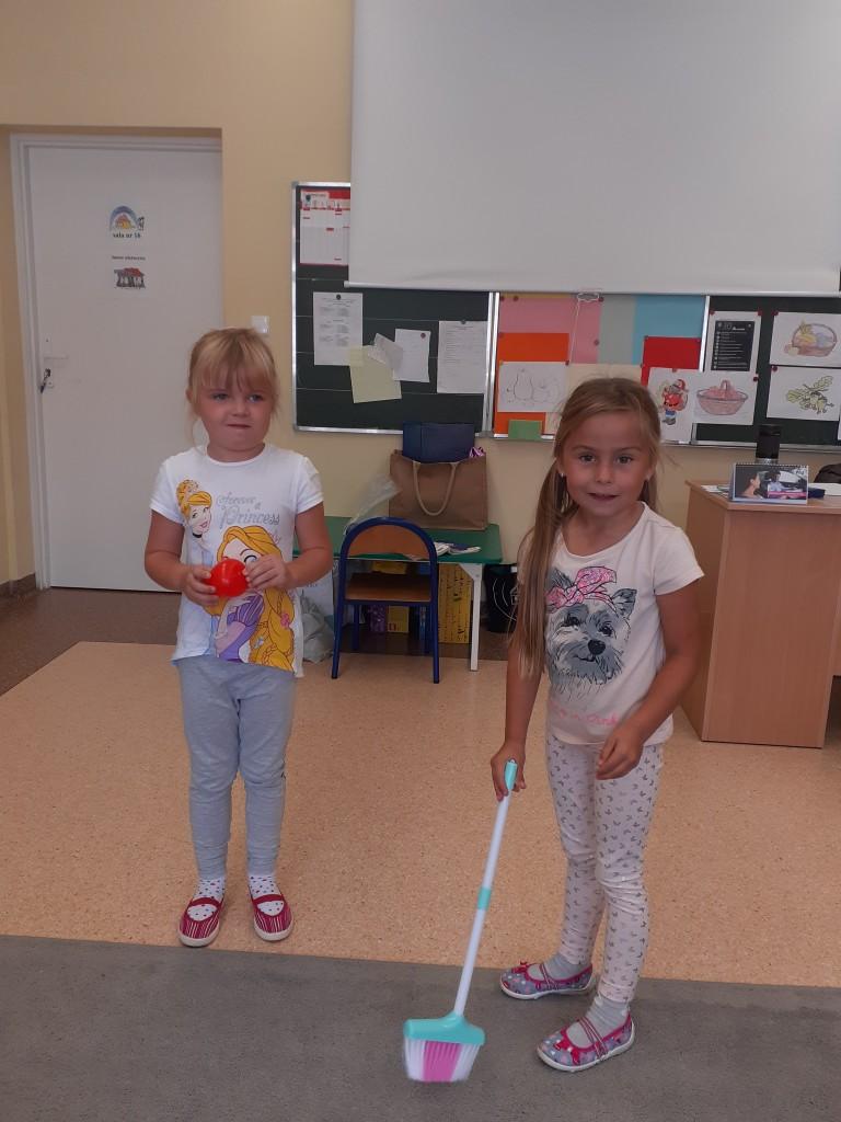 """Dziewczynki z oddziału przedszkolnego prezentują scenkę z bajki """"Królewna Śnieżka"""""""