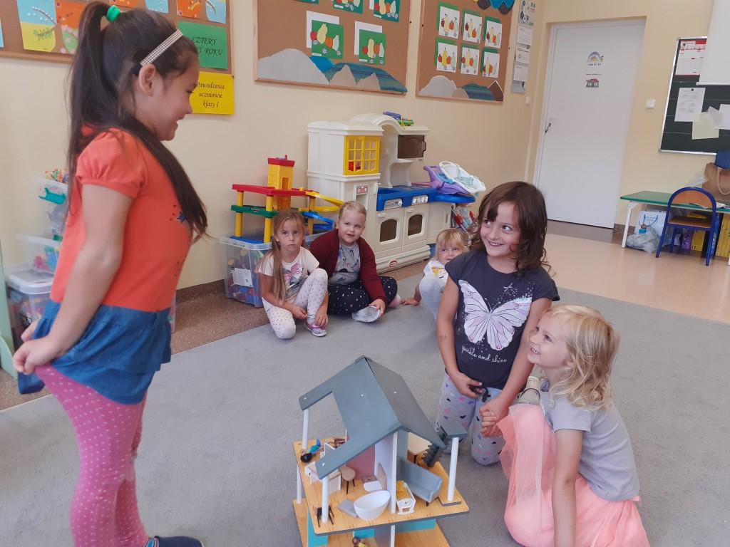 """Dziewczynki z oddziału przedszkolnego prezentują scenkę z bajki """"Jaś i Małgosia"""""""