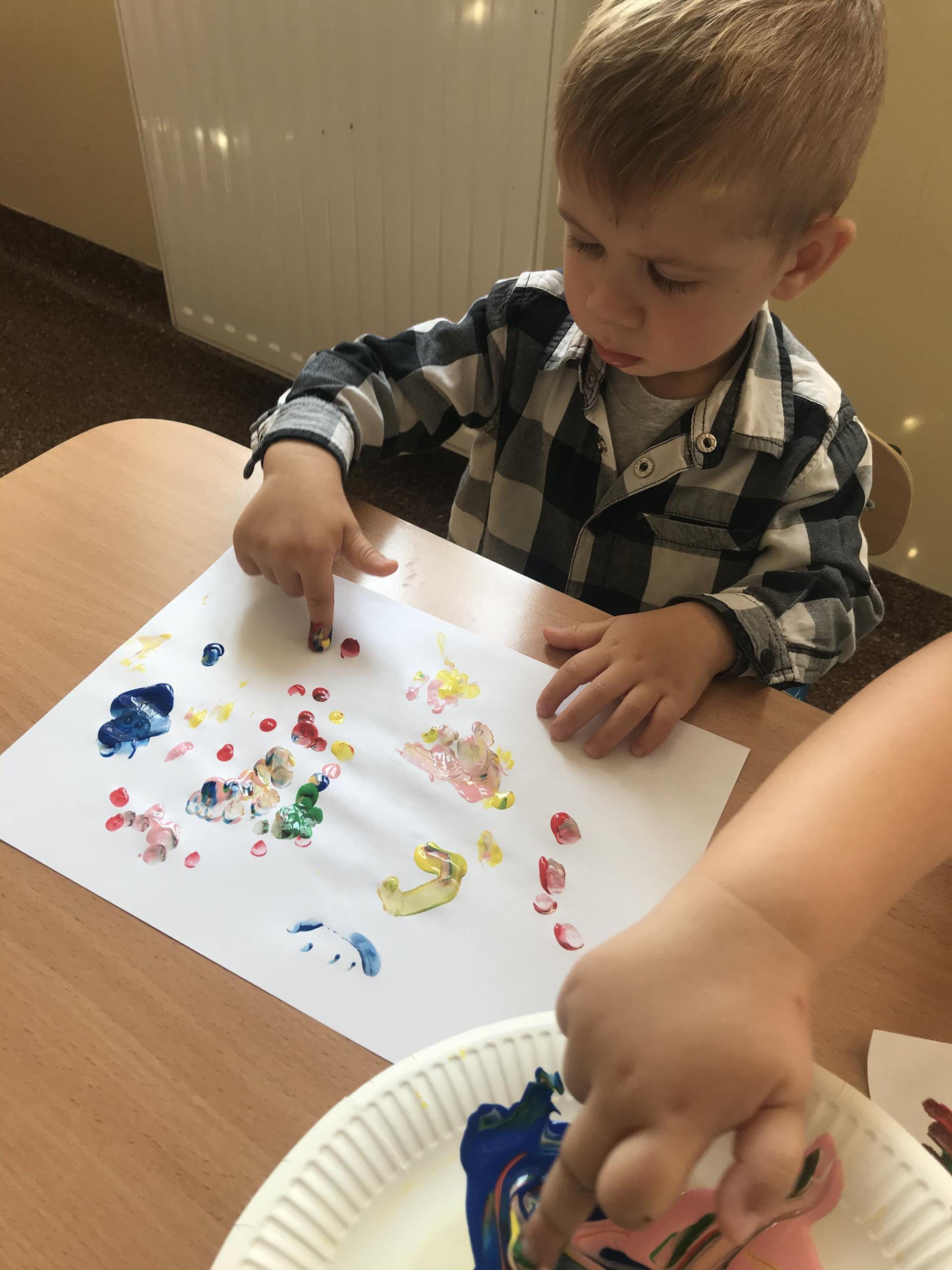 """Zdjęcie przedstawia wychowanka przedszkola podczas zabaw plastycznych """"Moje kropki"""""""