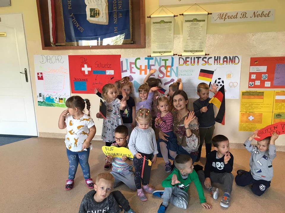 Wychowankowie przedszkola prezentują flagi, symbole państw europejskich
