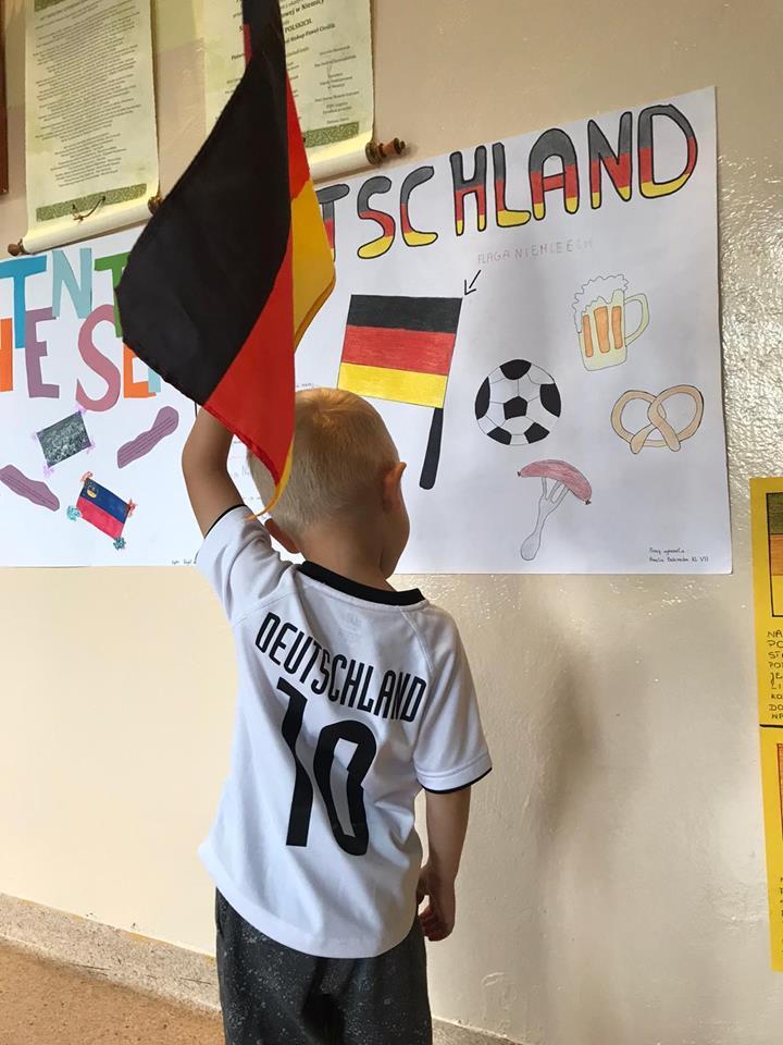 Uczeń Szkoły prezentuje symbolikę Niemiec