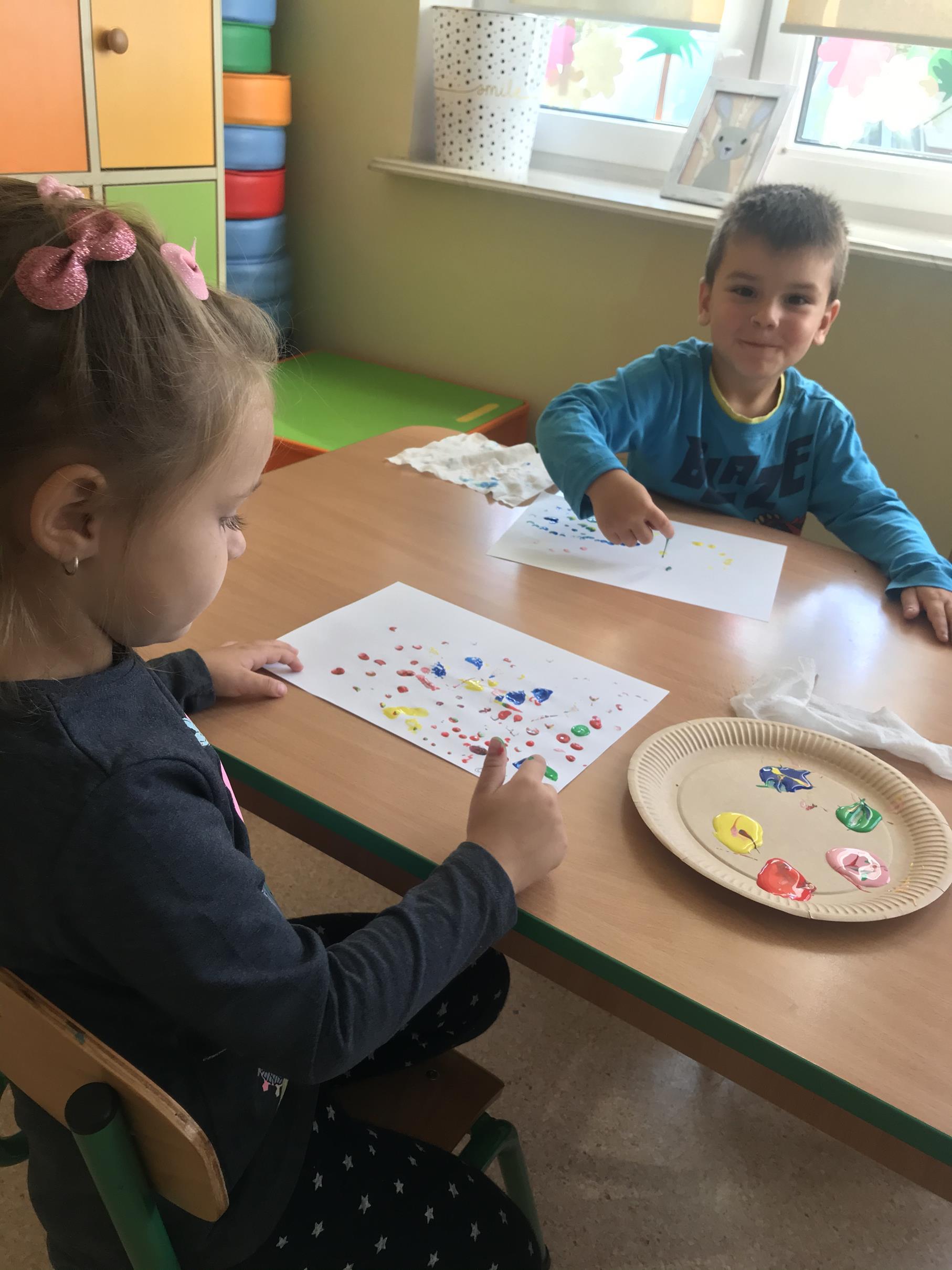 """Zdjęcie przedstawia wychowanków przedszkola podczas zabaw plastycznych """"Moje kropki"""""""
