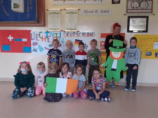 Wychowankowie oddziału przedszkolnego prezentują zwyczaje i symbole Irlandii