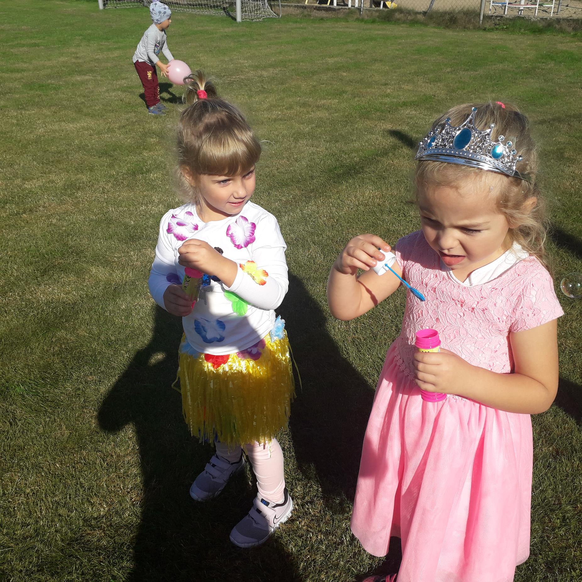 Przedszkolaki w czasie zabaw na boisku przyszkolnym