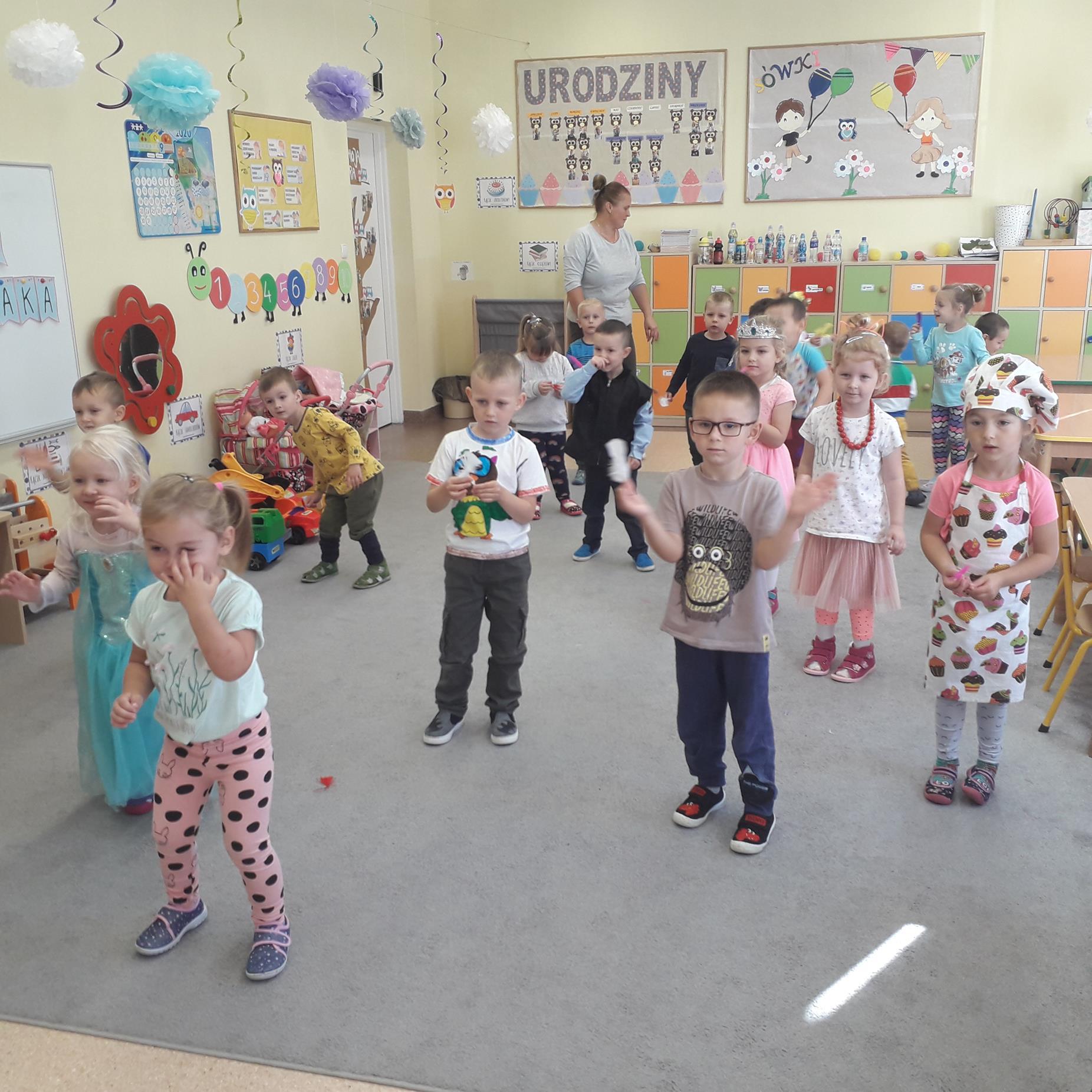 Wspólna zabawa przedszkolaków w sali