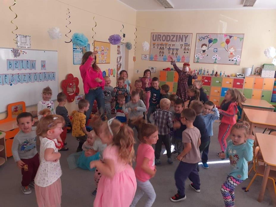 Przedszkolaki bawią się wczasie dyskoteki przedszkolnej