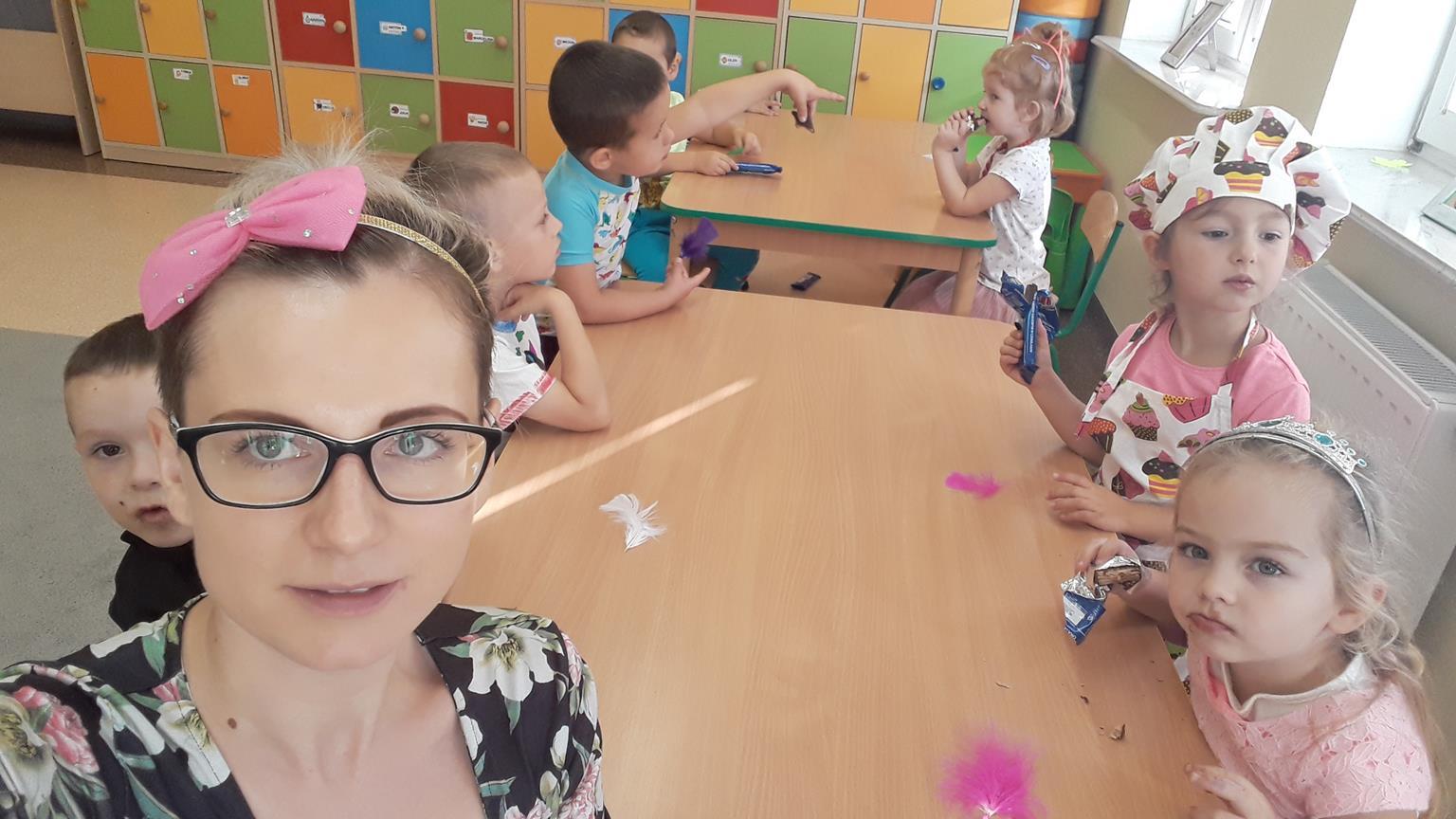 Przedszkolaki z wychowawcą w czasie zabaw
