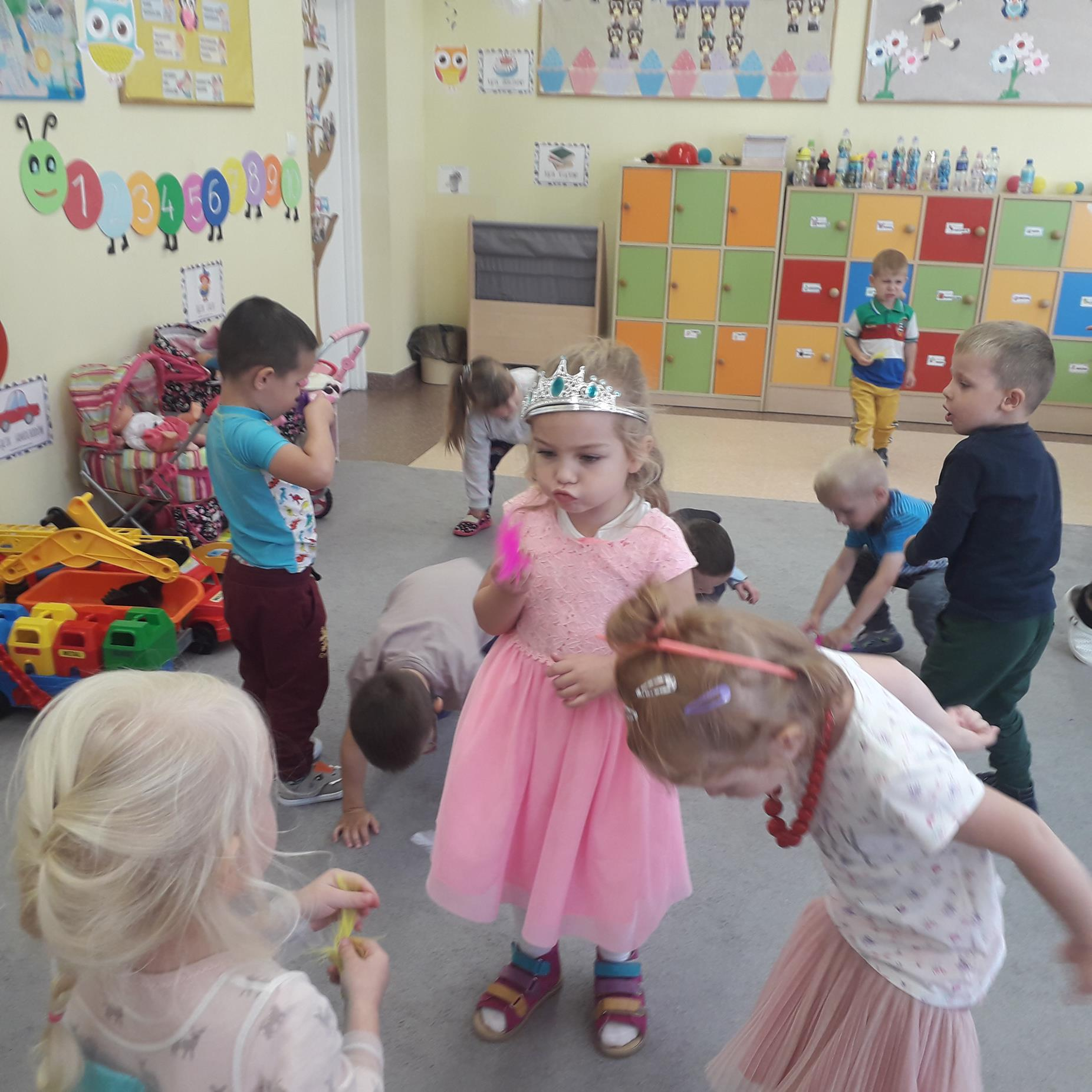 Przedszkolaki w czasie wspólnych zabaw integracyjnych