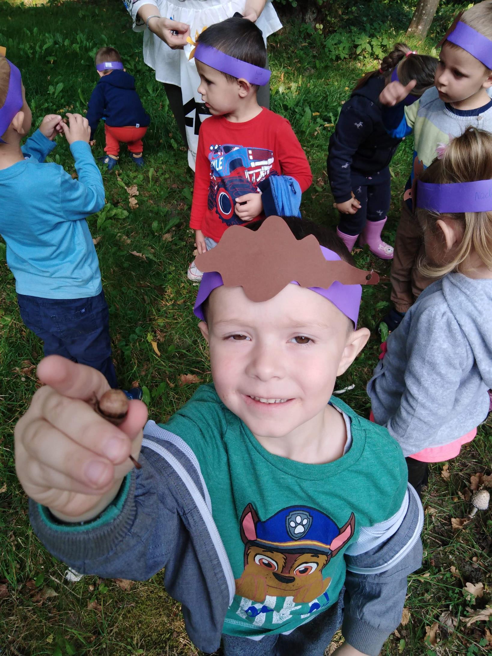 Przedszkolaki prezentują skarby natury