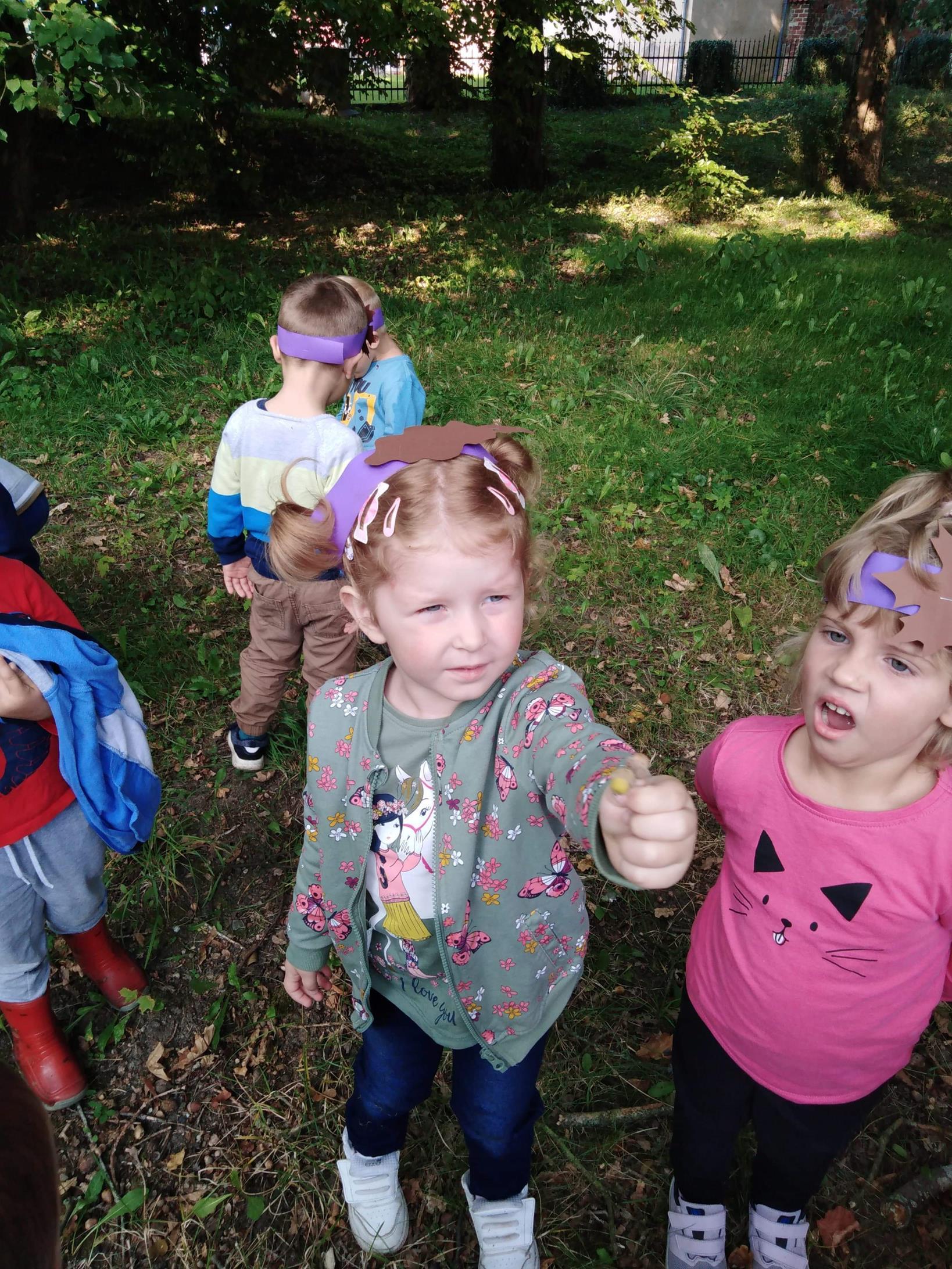 Przedszkolaki prezentują dary jesieni