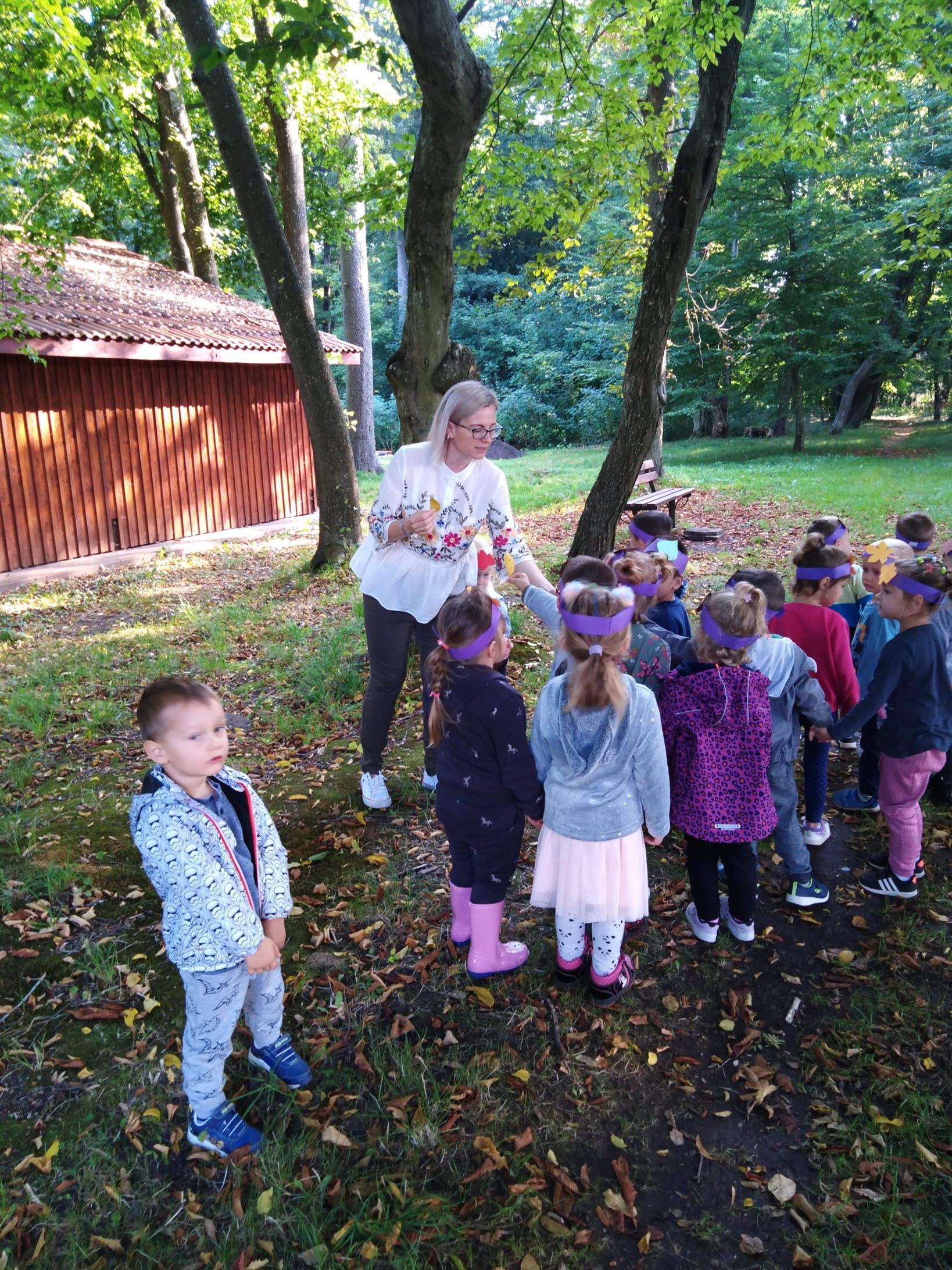Jesienne zabawy przedszkolaków z wychowawcą. Wizyta w parku podworskim  w Niemicy