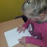 Uczennica klasy I poznaj alfabet Braille'a