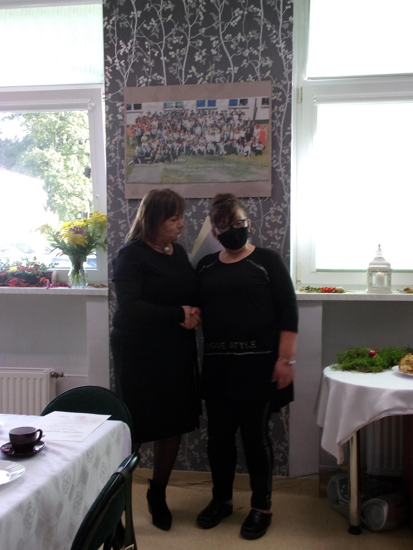 Dyrektor szkoły pani Iwona Nowak-Gancarz wręcza podziękowanie dla pani Haliny Rogali