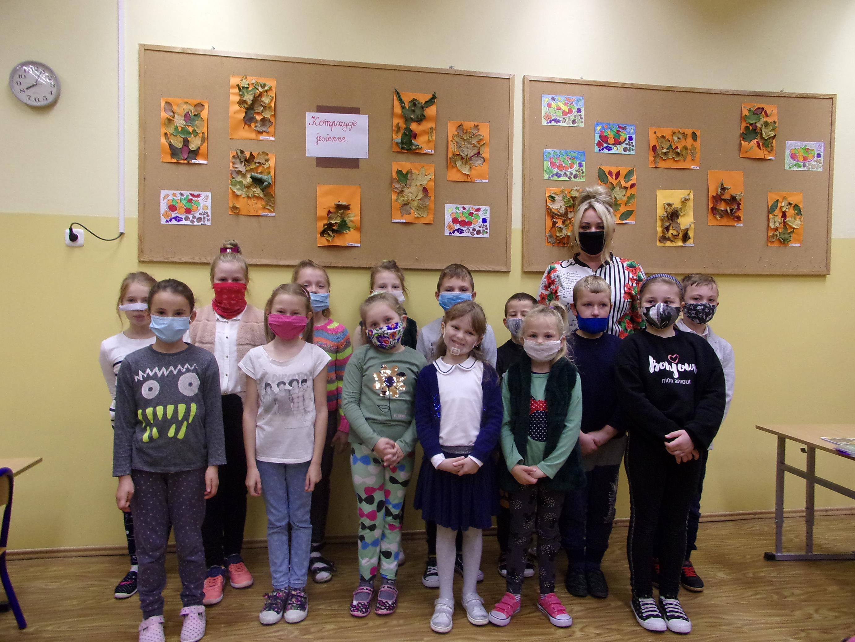 Uczniowie klasy II z wychowawcą prezentują wystawę prac plastycznych z liści