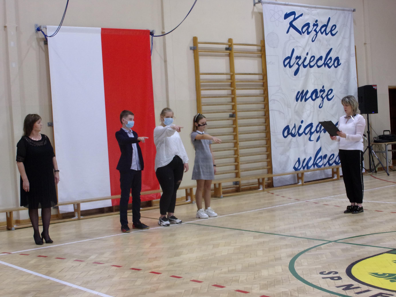 Nowi członkowie Samorządu Uczniowskiego w czasie ślubowania