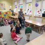 Przedszkolaki poznają sposób poruszania się osób niewidomych