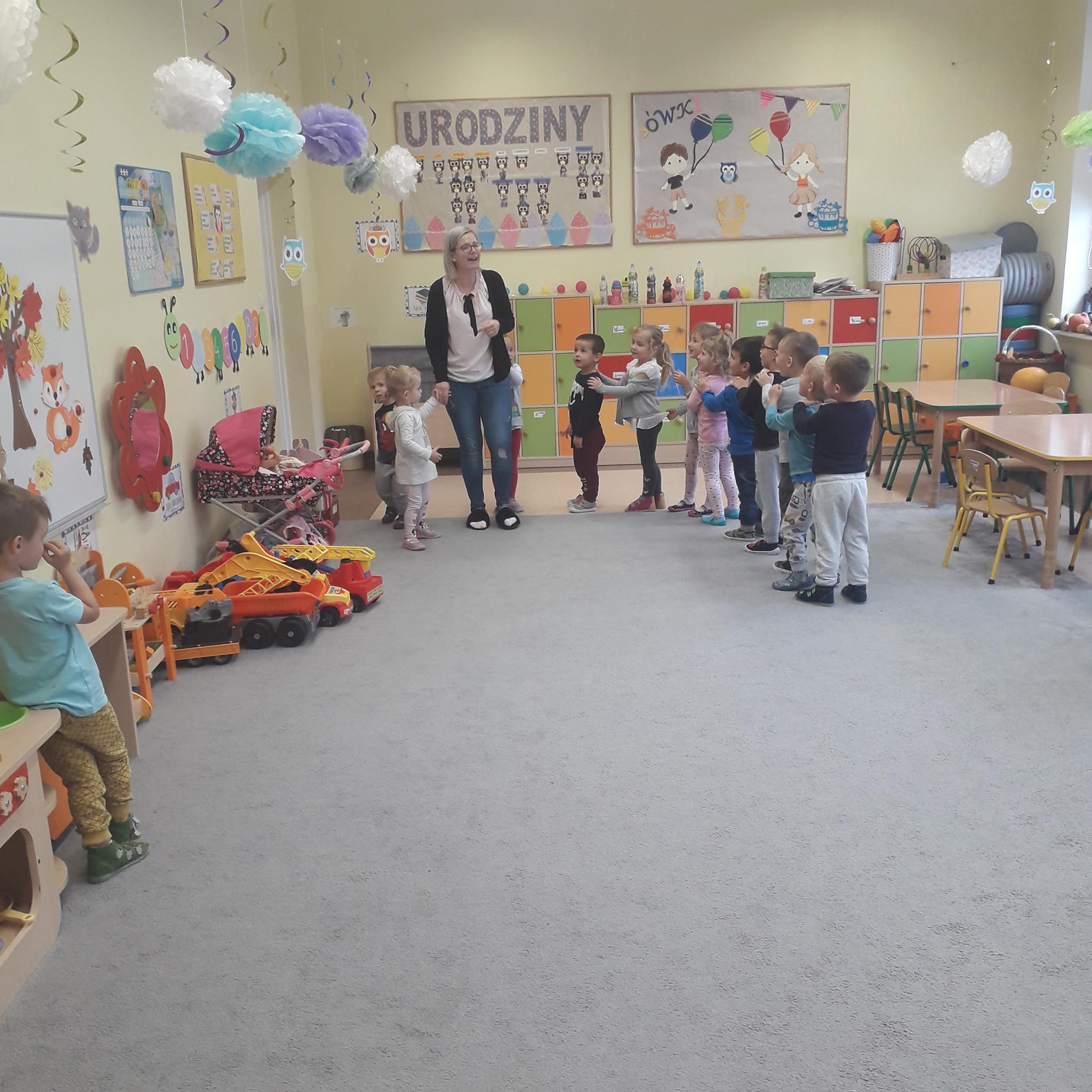 Przedszkolaki w czasie zabawnych zabaw ruchowych