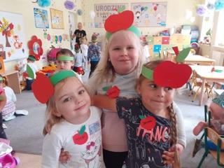 Dziewczynki w gustownych opaskach z emblematem jabłka