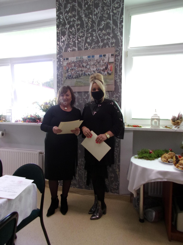 Dyrektor szkoły pani Iwona Nowak-Gancarz wręcza odziękowanie dla pani Anny Augustyniak -Sikory