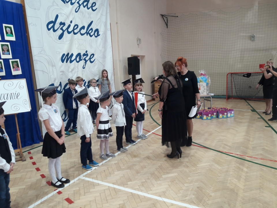 4. Uczniowie klasy pierwszej podczas aktu pasowania przez panią dyrektor