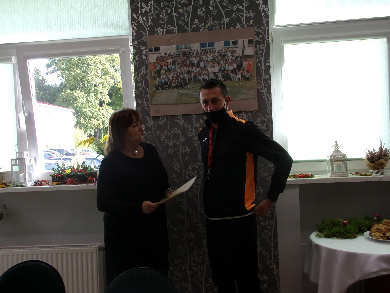 Dyrektor szkoły pani Iwona Nowak-Gancarz wręcza odziękowanie dla pana Romualda Bobisa