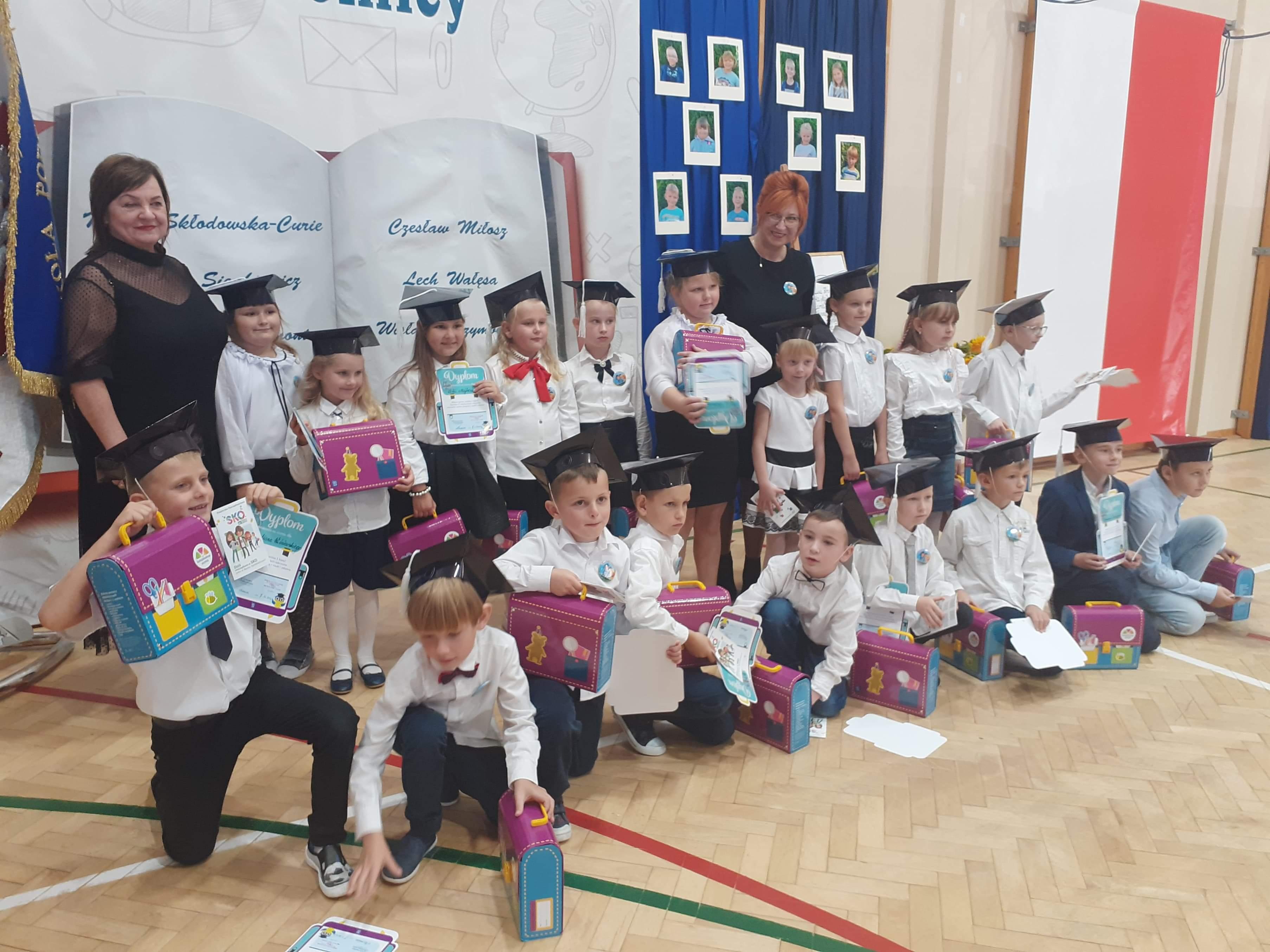 5. Uczniowie klasy pierwszej na wspólnym zdjęciu z panią dyrektor i wychowawcą