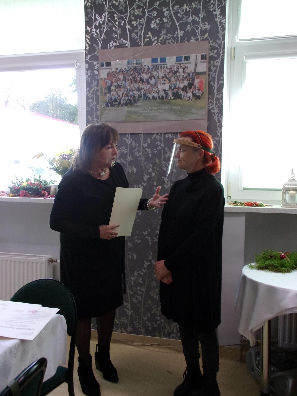Dyrektor szkoły pani Iwona Nowak-Gancarz wręcza podziękowanie dla pani Elżbiety Skuratowicz