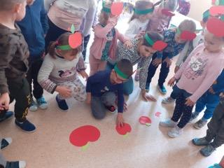Dzieci w czasie układania puzzli z motywem jabłka