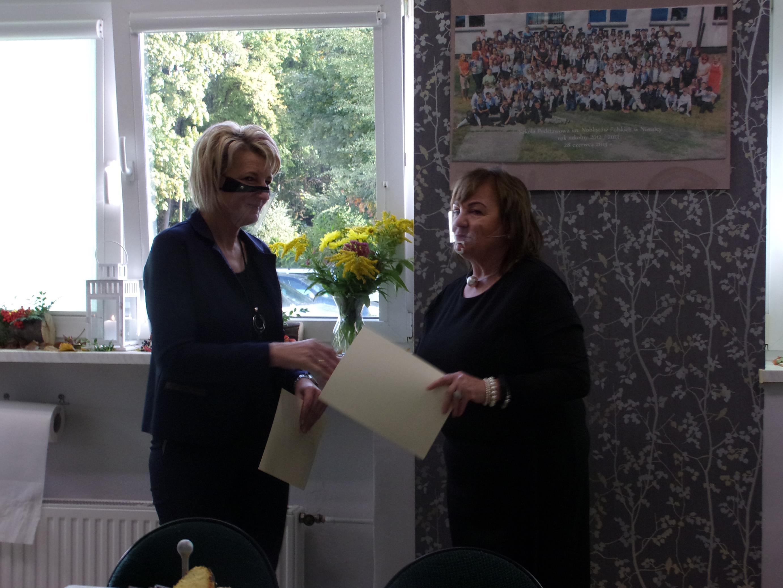 Dyrektor szkoły pani Iwona Nowak-Gancarz wręcza podziękowanie dla pani Łucji Kurz