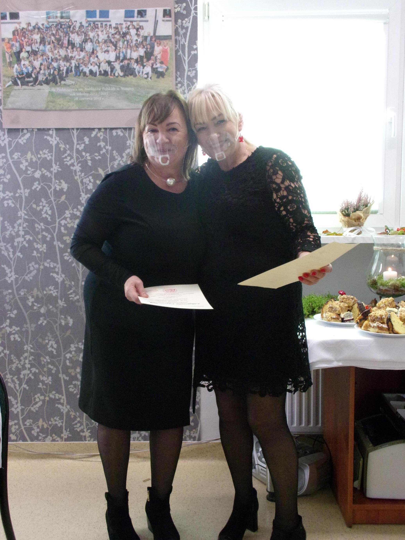 Dyrektor szkoły pani Iwona Nowak-Gancarz wręcza podziękowanie dla pani Anetty Szokało