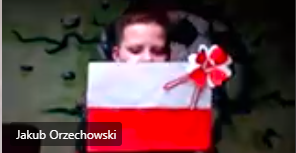 Uczeń klasy 6. prezentuje przygotowaną flagę Polski