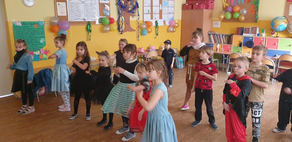 Uczniowie klasy I w czasie zabawy karnawałowej
