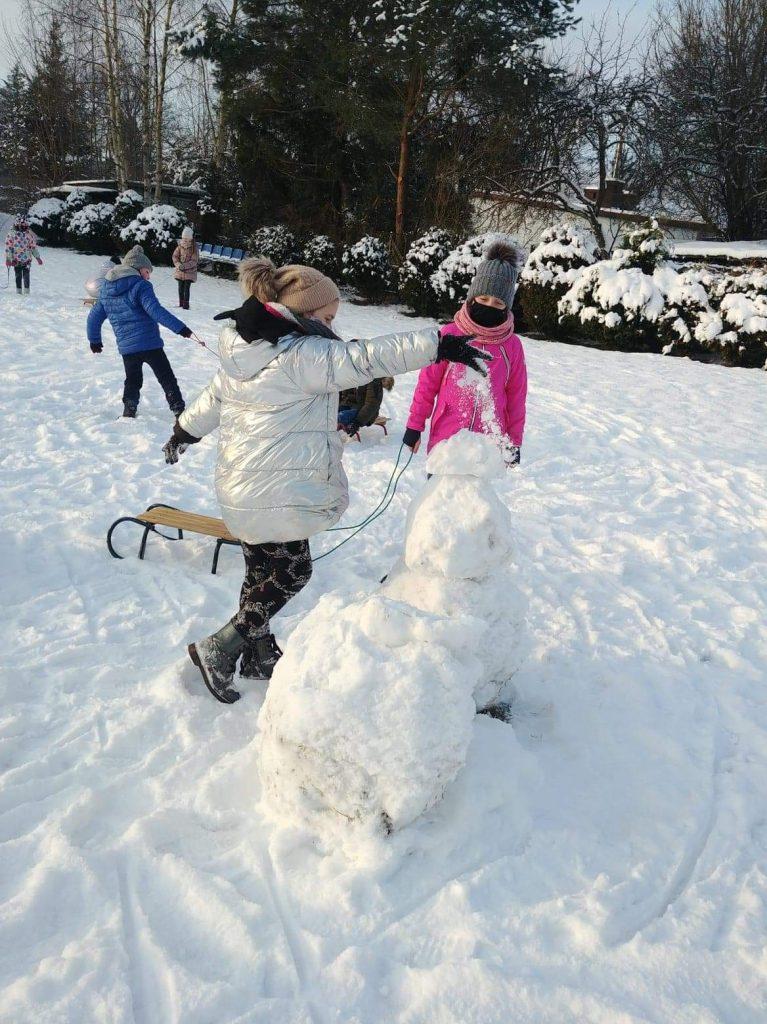 Uczniowie klasy II podczas zabaw na śniegu