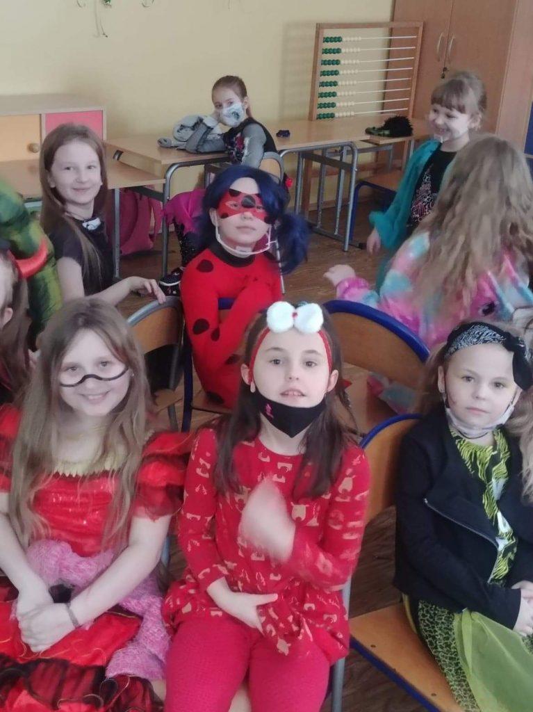Uczniowie klasy II w czasie zabawy karnawałowej