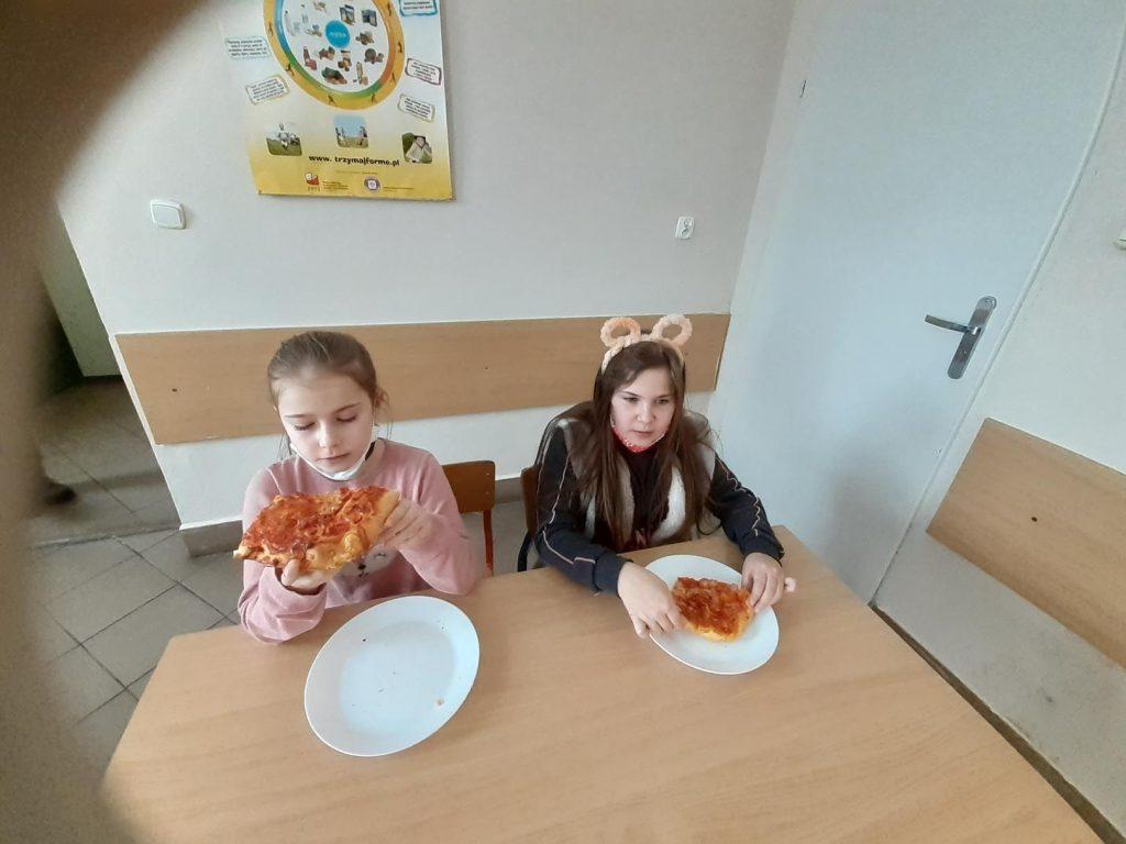 Uczennice klasy II w czasie degustacji pizzy