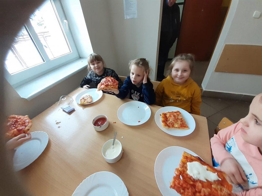 Uczniowie klasy II w czasie degustacji pizzy
