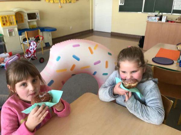 Dzieci z przedszkola podczas degustacji pączków