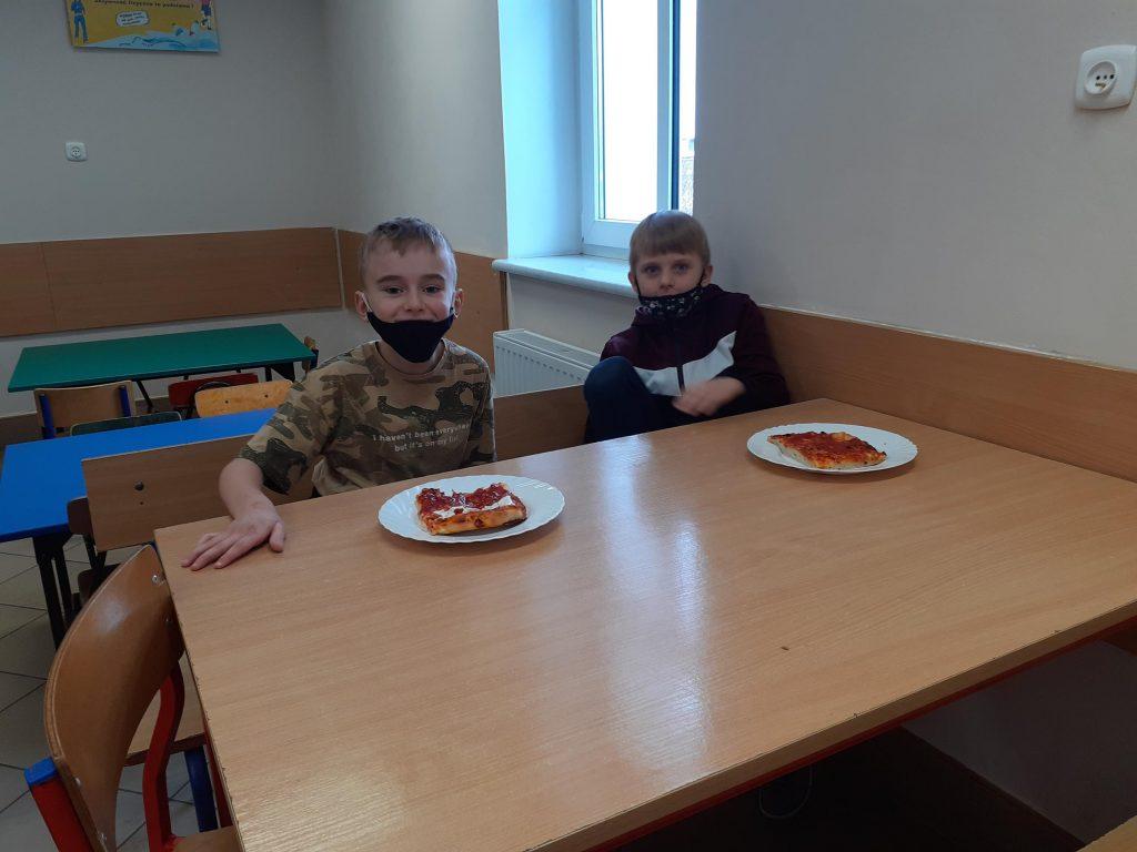 Uczniowie klasy I w czasie degustacji pizzy