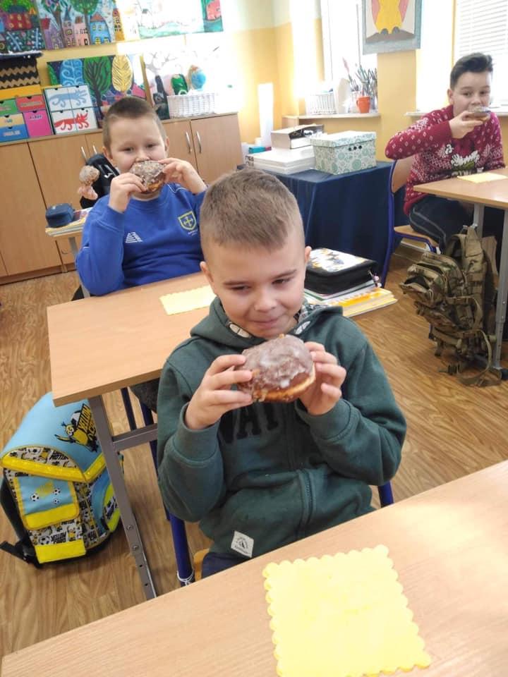 Uczniowie klasy trzeciej podczas degustacji pączków