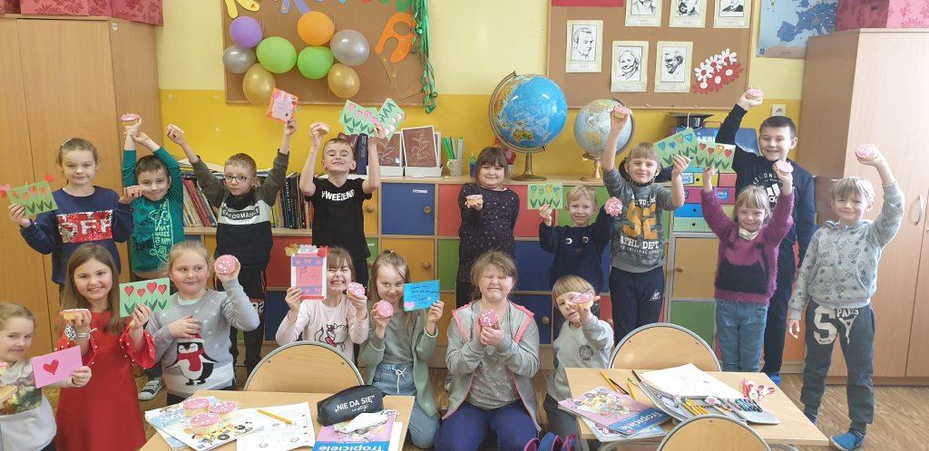 Uczniowie klasy pierwszej prezentują kartki walentynkowe