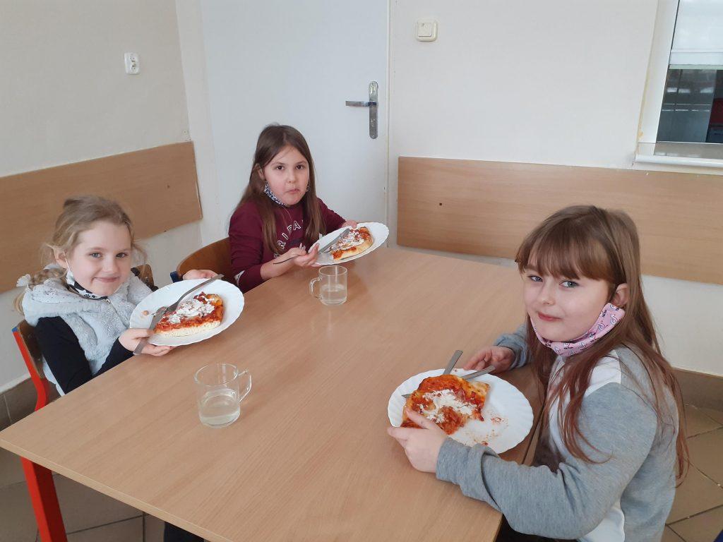 Uczennice klasy I w czasie degustacji pizzy