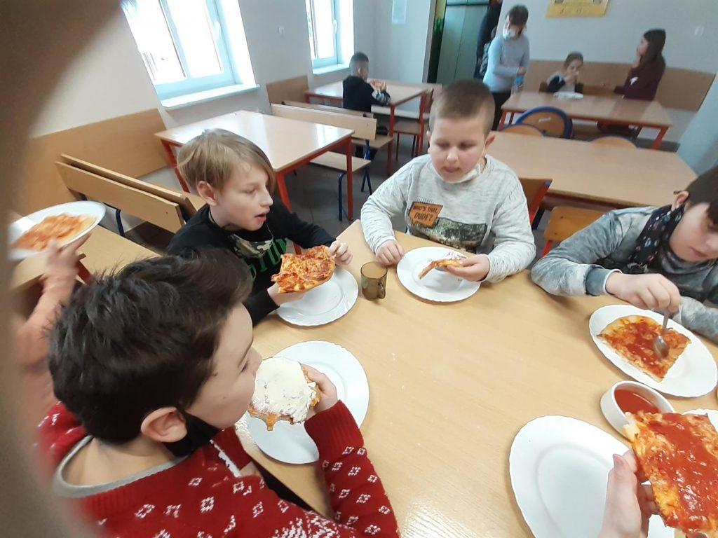 Uczniowie klasy III w czasie degustacji pizzy